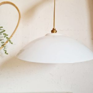 Grand abat-jour en métal arborant un blanc lumineux et doux.