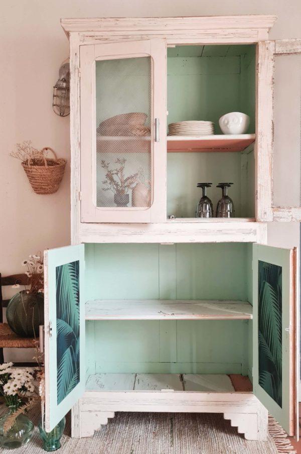 Beaucoup d'élégance naturelle se dégage de ce vaisselier très ancien qui a subi une rénovation de son intérieur.