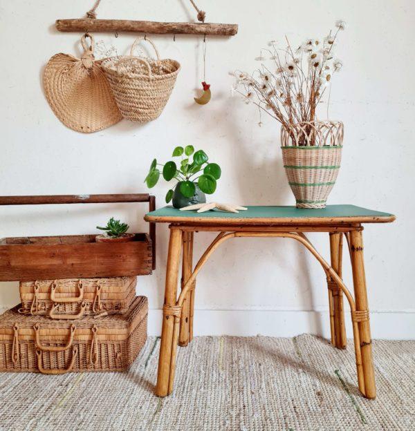 Cette table en rotin présente un plateau rénové dans un vert anglais.