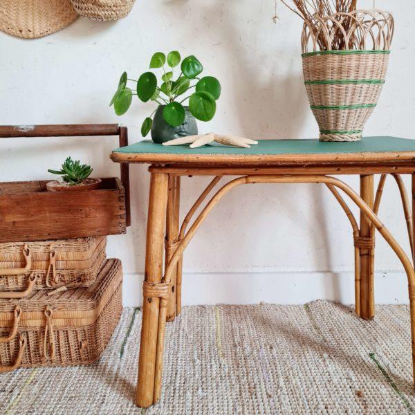 Petite table basse ou bout de canapé, cette pièce rétro a du pep's et arbore un plateau au coloris vert chaud pour amener la nature dans notre intérieur.