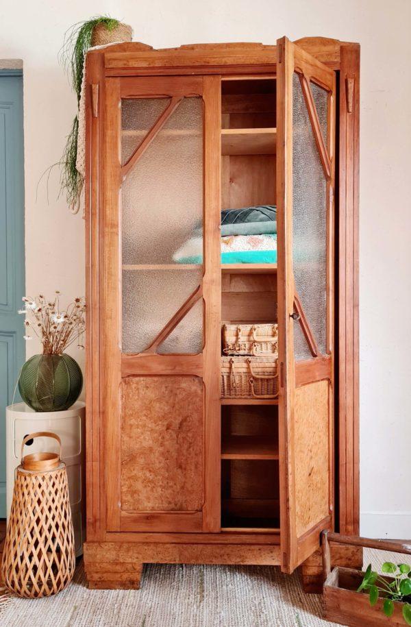 Cette armoire d'époque art déco est une petite beauté de fabrication.