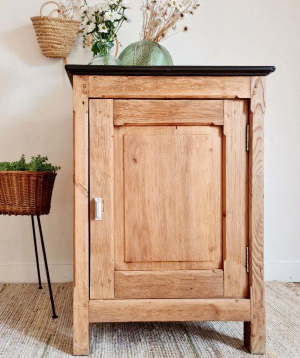 Ce comptoir est en bois massif, du chêne, que nous entièrement décapé pour mettre en évidence la beauté de son essence.