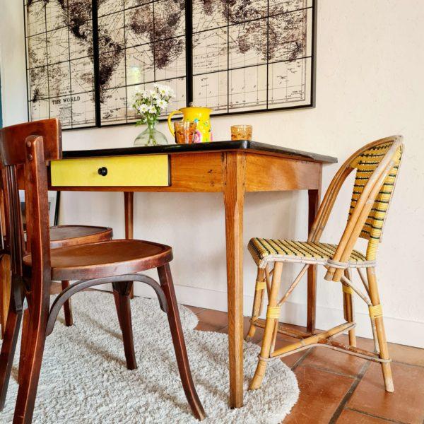 Cette table ancienne en bois possède un petit tiroir très pratique qui revêt le même placage jaune.