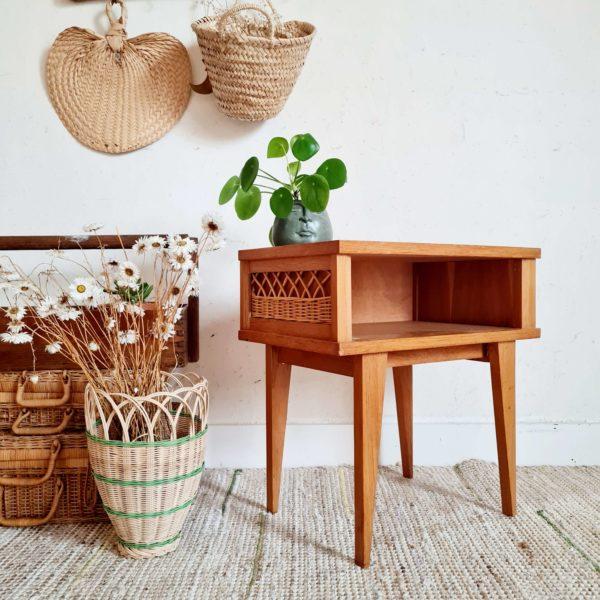Lignes parfaites et travail soigné du bois et des fibres de rotin pour cette petite table de chevet au look résolument scandinave.