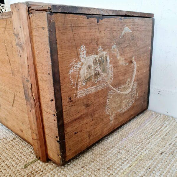 Chez factory vintage, nous apprécions énormément les rangements en bois anciens.
