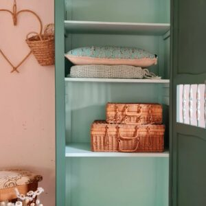 Cet intérieur propose un bel espace de rangement avec ses 3 étagères.