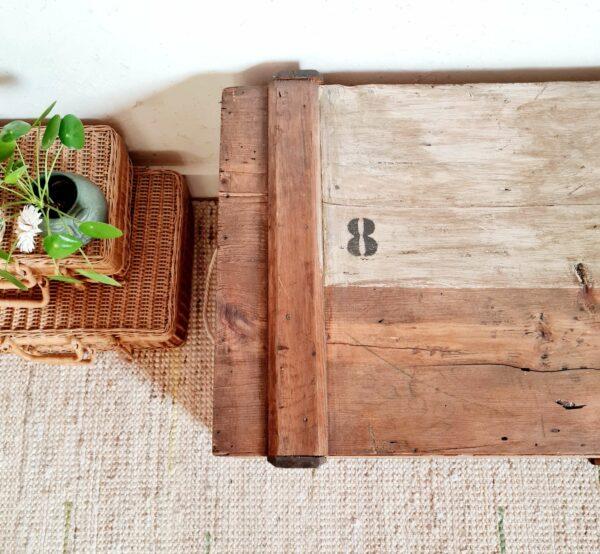 Entièrement réalisé en bois, ce coffre possède des poignées latérales en corde pour le déplacer avec facilité.