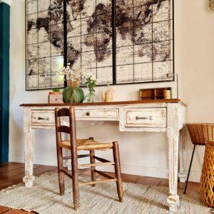 Ce meuble de métier se plaira dans un intérieur ouvert pour délimiter un espace bureau, ou dans une pièce dédiée pour créer un espace de travail élégant à la personnalité forte.