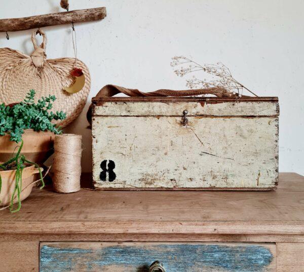 Le bois de ce coffre ancien est sain et présente un vécu authentique.