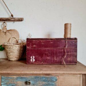 Le look un brin bohème de ce coffre en bois ancien , et sa force de présence nous ont de suite séduit.
