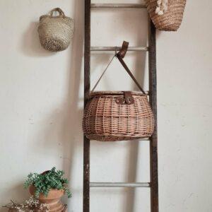 Cette échelle ancienne possède un look singulier. A l'atelier nous affectionnons le mélange des matières.