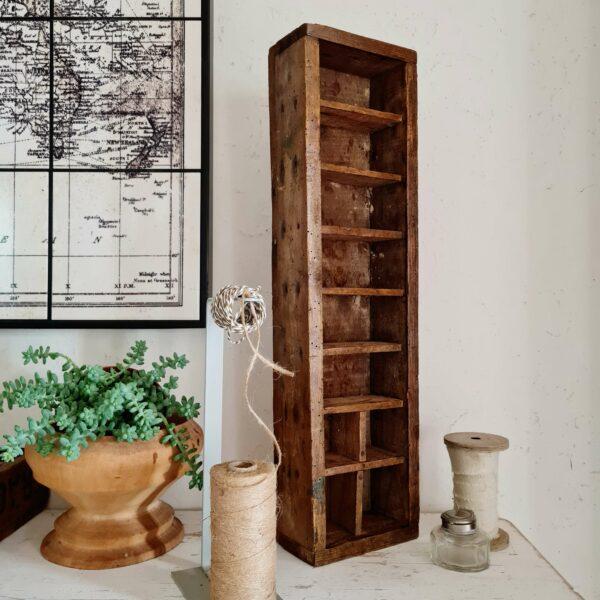 Ce casier en bois ancien sera idéal dans une salle de bains pour y présenter vos produits de beauté ou dans une cuisine pour y présenter épices tout en apportant cette touche vintage décalée souhaitée.