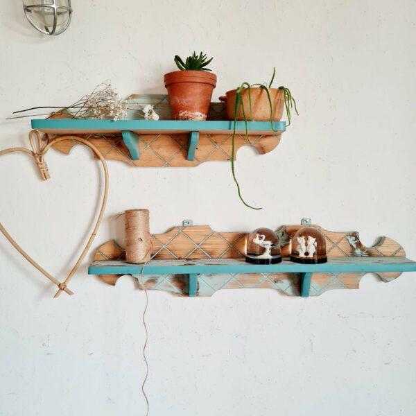 Ces étagères murales anciennes possèdent ce look rétro suranné des petits meubles vintage faciles à adopter.