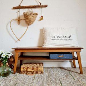 Cette table basse ancienne présente deux plateaux, la rendant ainsi très pratique pour y ranger magasines, boîtes pour les télécommandes.