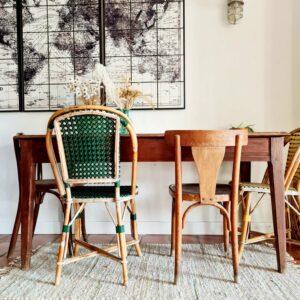 Elément de mobilier incontournable de nos campagnes françaises, cette table de ferme à l'allure rustique et authentique est un must have rempli de charme.