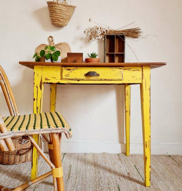 Cette table de ferme ancienne possède un charme rétro comme on les affectionne.