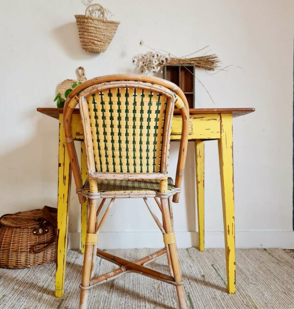cette table ancienne sera également idéale transformée en bureau ou table de travail avec une petite chaise choisie avec soin pour s'offrir un coin inspirant au charme d'antan.